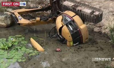 Phút cận kề cái chết của người đàn ông lao cả người lẫn máy xúc xuống hồ nước
