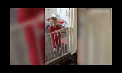 Màn tẩu thoát thông minh của cô bé 2 tuổi khỏi thanh chắn cửa