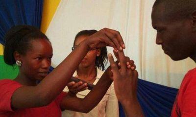 Cặp đôi trẻ bất ngờ sau khi tổ chức đám cưới 1 đôla với chiếc nhẫn cưới bằng sắt