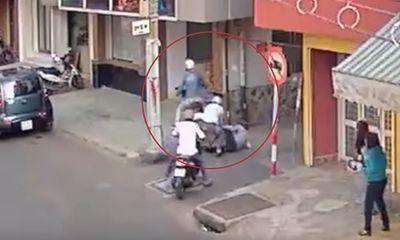 Phát hiện kẻ cướp, người dân ném ghế khiến đối tượng ngã nhào