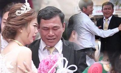 Clip cha khóc nức nở tiễn con gái lên xe hoa lấy nước mắt người xem