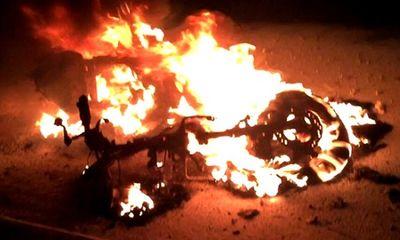 Xe Dylan bốc cháy, nam thanh niên vứt xe, chạy thoát thân