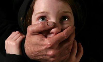 Thẩm phán rơi nước mắt trước cảnh bé gái bị cha mẹ nuôi ngược đãi