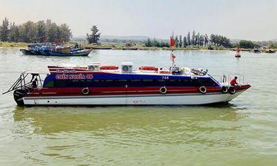 Tàu chở gần 80 khách bị chết máy giữa biển