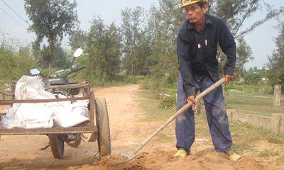 """Lão nông """"bao đồng"""" hơn 20 năm lặng lẽ đào đất, vá đường"""