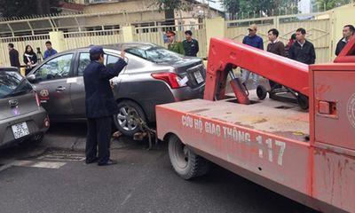 Hà Nội: Cẩu xe vi phạm, phá thềm nhà, quyết