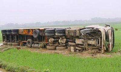 Xe container nổ lốp, ngã ngửa dưới ruộng lúa