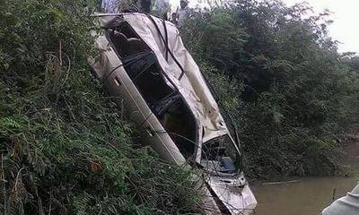 Phát hiện thi thể người đàn ông cùng xe ô tô 7 chỗ dưới sông
