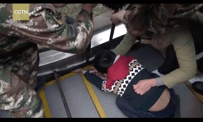 Lính cứu hỏa Trung Quốc nạy thang cuốn giải cứu bé bị kẹt tay