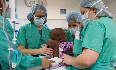 Phẫu thuật thành công bé gái 10 tháng tuổi sinh ra có 4 chân, 2 xương sống