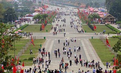 Chùm ảnh: Dòng người nườm nượp đổ về Đền Hùng