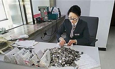7 nhân viên ngân hàng mất 1 tháng đếm 2,5 tấn tiền gửi tiết kiệm của 'đại gia' Trung Quốc