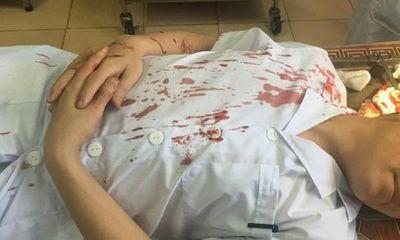 Bố bệnh nhi cầm cốc đánh bác sỹ Phó khoa bất tỉnh, máu chảy đầm đìa, khâu 7 mũi