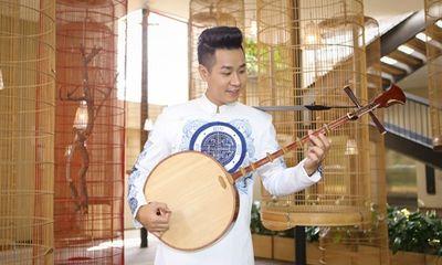MC Nguyên Khang sợ hàng xóm đuổi vì chơi đàn nhị lúc nửa đêm