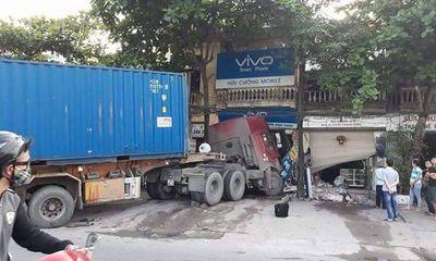 Xe container nổ lốp lao vào nhà dân, cửa ngõ Thủ đô tê liệt ngày 30/4