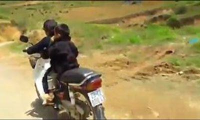 Hoảng hốt bé 7 tuổi chở em nhỏ phóng xe máy đổ đèo Hà Giang
