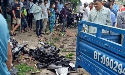 Xe tải phóng nhanh đâm nát xe SH, 2 mẹ con bị thương nặng