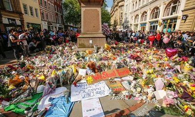 Nước Anh mặc niệm 22 nạn nhân vụ đánh bom liều chết tại Manchester