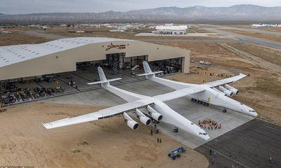 24h qua ảnh: Máy bay lớn nhất thế giới lần đầu tiên lăn bánh trên đường băng
