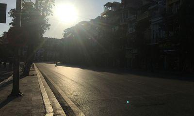Ảnh: Người Hà Nội mệt nhoài mưu sinh, phố đi bộ vắng như sáng mùng 1 Tết vì nắng nóng