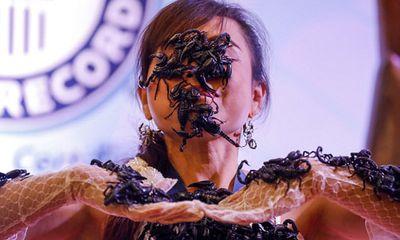 24h qua ảnh: Cô gái Thái Lan để chục con bọ cạp cực độc bò trên mặt