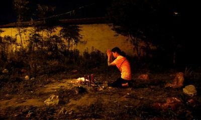24h qua ảnh: Mẹ thắp hương giữa bãi đất hoang, cầu khấn cho con đỗ đại học ở Trung Quốc