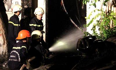 Tiệm sơn xe bốc cháy ngùn ngụt giữa đêm, hàng loạt xe máy bị cháy