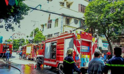 Khách sạn bốc cháy ngùn ngụt, khách hoảng loạn chạy thoát thân