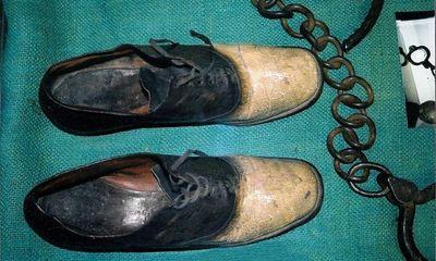 Câu chuyện tội ác ẩn sau đôi giày được làm bằng da người