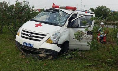 Xe cứu thương mất lái, đâm vào dải phân cách khiến 3 người bị thương