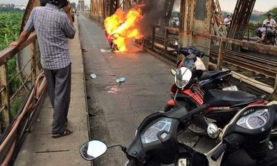 Hà Nội: Xe máy bốc cháy ngùn ngụt trên cầu Long Biên