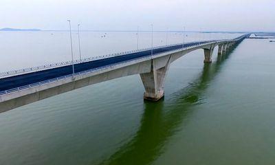 Cầu vượt biển 12 nghìn tỷ thấm nước do gió thổi mạnh