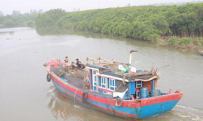 Tàu chở than và 13 người mất tích trong đêm mưa bão