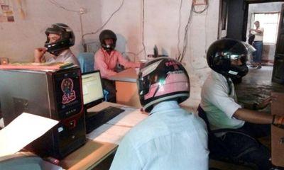 Sợ trần nhà sập vào đầu, viên chức Ấn Độ đội mũ bảo hiểm tại văn phòng