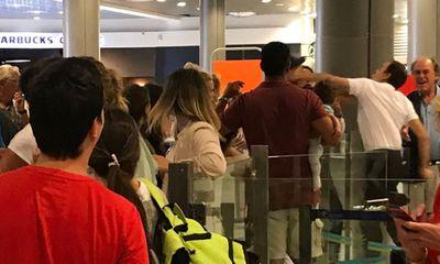 Than phiền vì hoãn chuyến bay, nhân viên sân bay đấm hành khách bế em bé