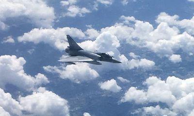Hành khách máy bay thương mại khiếp vía khi thấy phi cơ Pháp áp sát