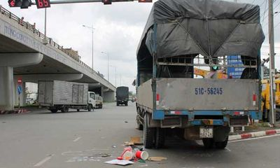 Tai nạn giao thông, xe tải tông 2 người đi xe máy đang dừng đèn đỏ