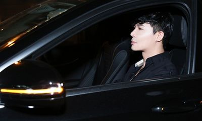 Nathan Lee tự lái xe hơi đi