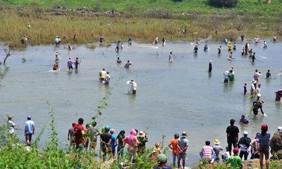 Hàng trăm người dân bắt cá