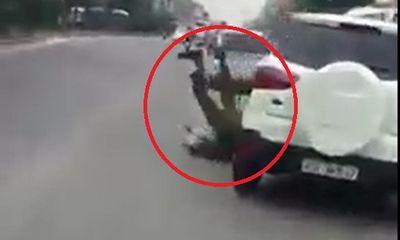 Truy tìm lái xe ô tô táo tợn húc văng cảnh sát trước cổng bệnh viện