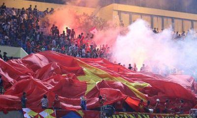 Cổ động viên Việt Nam đốt pháo trên sân Campuchia, AFC tính phạt nặng VFF?