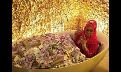 Khi nhà giàu nổi cơn khoe của: Ngụp lặn trong bồn tiền, vàng, trang sức