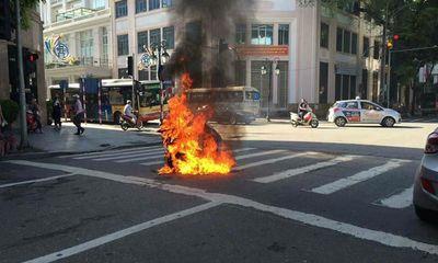 Đang đi trên đường, xe máy Attila đột ngột bốc cháy dữ dội