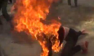 Tẩm xăng tự thiêu, người đàn ông cháy như bó đuốc