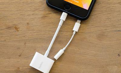 Apple ra mắt thiết bị mới cho phép iPhone 7 và 8 vừa nghe nhạc vừa sạc