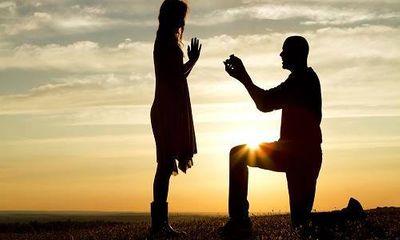 Chàng trai vờ cầu hôn giữa đám đông để vạch mặt bạn gái ngoại tình