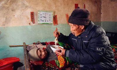 Xót xa cảnh người đàn ông suốt 56 năm chăm sóc bạn đời bị liệt toàn thân