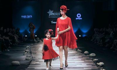 Xuân Lan, Hoa hậu Hương Giang, Trương Quỳnh Anh nắm tay con sải bước trên sàn catwalk
