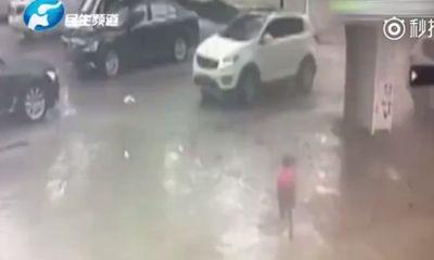 Kinh dị cảnh em bé 2 tuổi bị ô tô chẹt qua người vẫn đứng dậy chạy về nhà