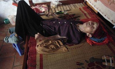 Câu chuyện về người phụ nữ bại liệt 42 năm và người con gái hiếu thảo